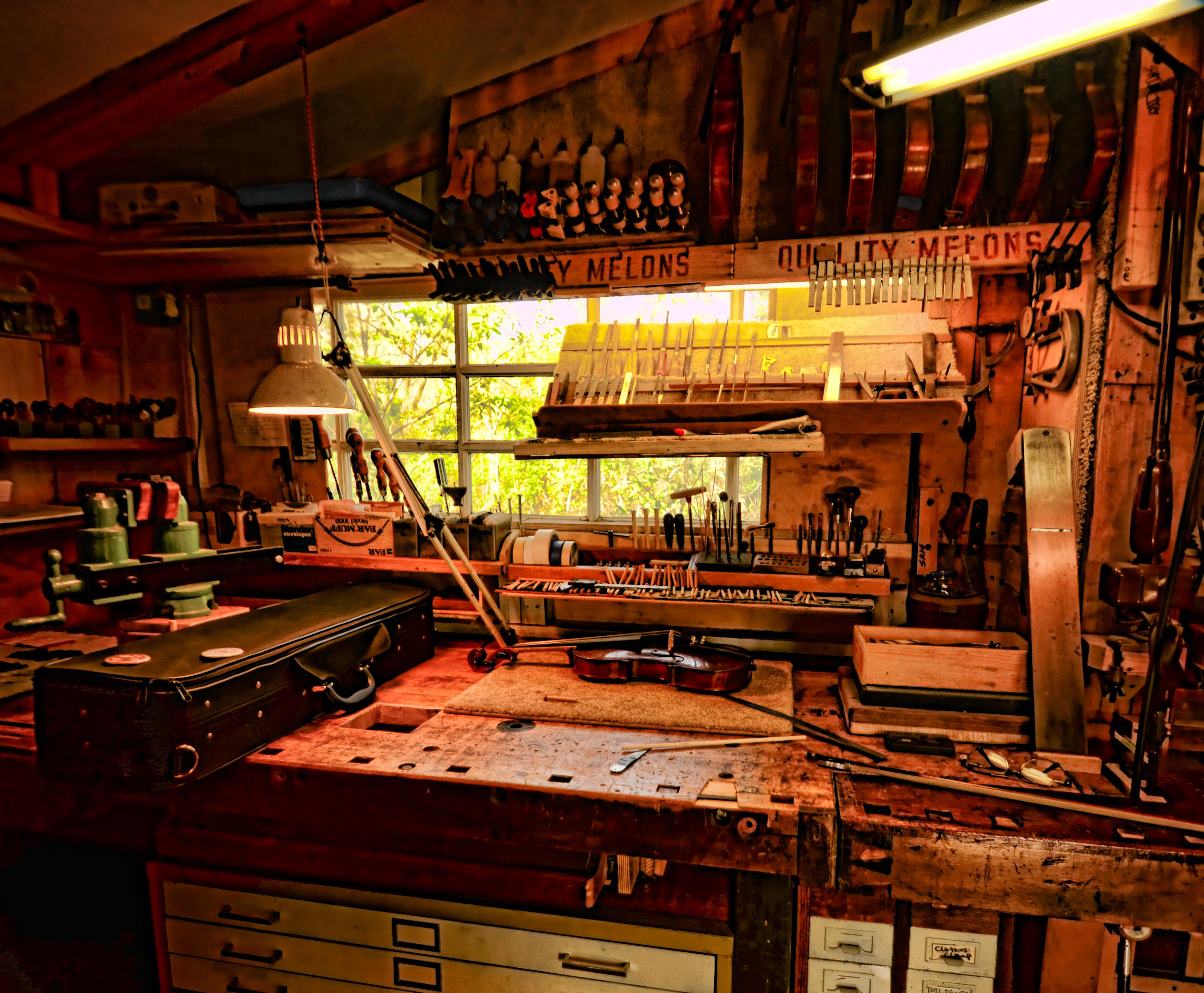 De pasiones y oficios el luthier aldeas verdes for Que es un luthier
